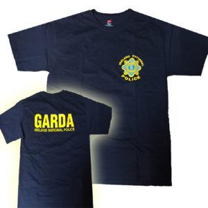 Camiseta Garda Policía Irlanda. Camiseta de la Garda Siochána irlandesa (Policía Nacional de Irlanda). Camiseta de importación. Buena calidad. Resistente al lavado continuado. Cómoda y agradable.