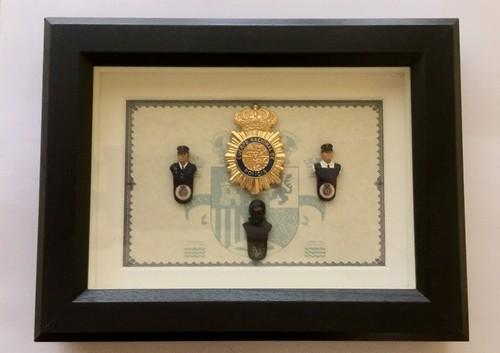 Cuadro de figuras pintadas a mano del Cuerpo Nacional de Policía