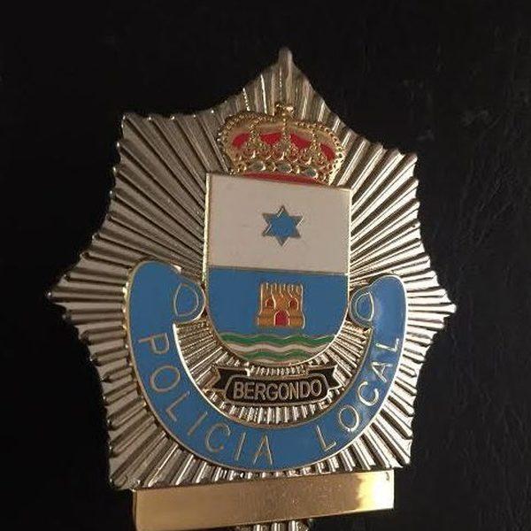 Antigua placa de la policía local de Bergondo, en La Coruña, Galicia.
