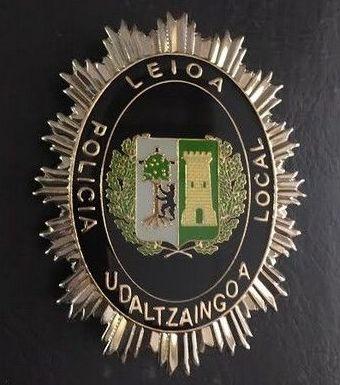 Antigua placa de la policía local de Leioa -Lejona, Vizcaya - Bizkaia, para actos protocolarios.