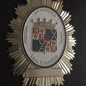 Antigua placa de identificación profesional de la policía municipal de Erandio, Vizcaya.